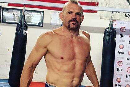 Бывший чемпион UFC представил уличную драку с Майком Тайсоном и стал посмешищем