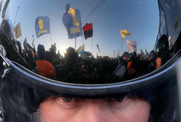 Отражение массовых протестов на Майдане в шлеме украинского полицейского. Декабрь 2013 года