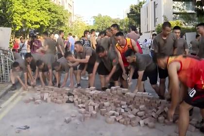 На улицы Гонконга вышли солдаты Китая