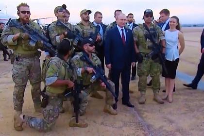 Появилось фото Путина в окружении спецназа