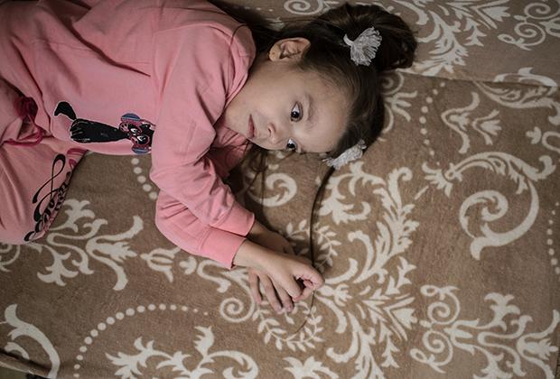 Каждые двадцать минут девочке нужно лежать, чтобы боль была не такой невыносимой
