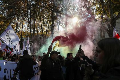 Спецназ начал силовой разгон митинга у парламента в Тбилиси