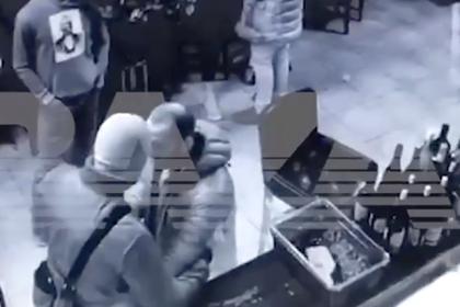 Драка спецназовца ФСБ с неизвестными в винном баре попала на видео