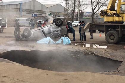 Двое россиян провалились с автомобилем в яму с кипятком и погибли