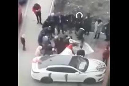 Россияне зарезали барана во дворе на свадьбе и попали на видео