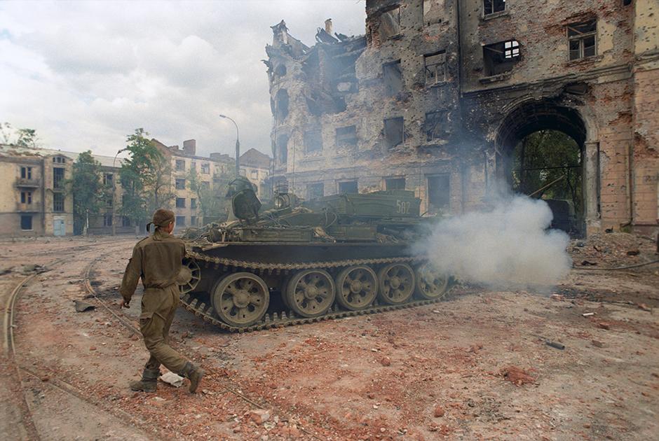 Солдаты федеральных войск РФ готовят к выводу из Грозного разбитую боевую технику, 1996