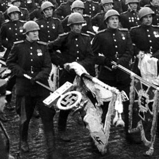Советские солдаты бросают фашистские знамена к подножью Мавзолея, 1945 год