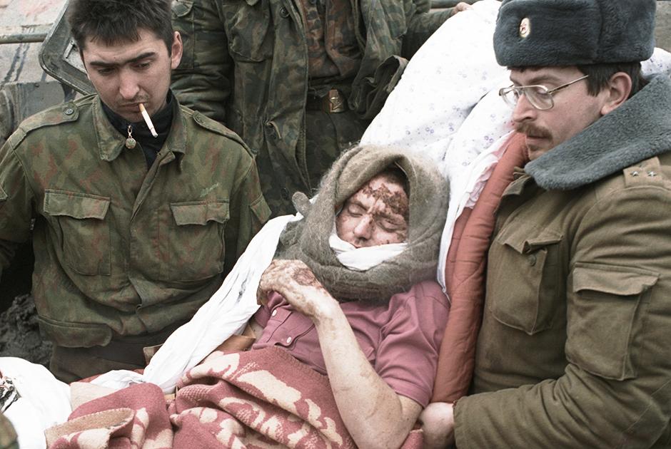 Эвакуация раненого в Грозном