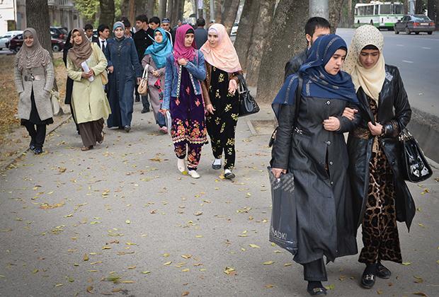 Студентки университета Душанбе (Таджикистан) идут с занятий