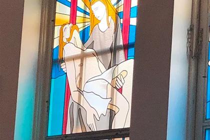 На витражах церкви разглядели неприличные сцены с персонажами Библии
