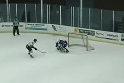 Российский хоккеист обманул вратаря и забросил шайбу из-за спины