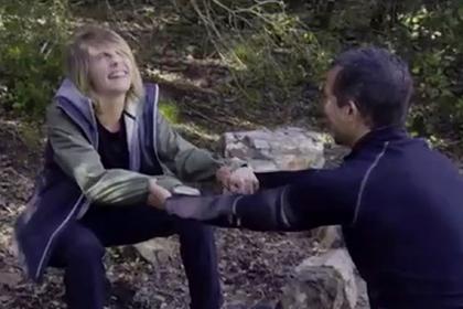 Кару Делевинь научили трем техникам испражнения в лесу