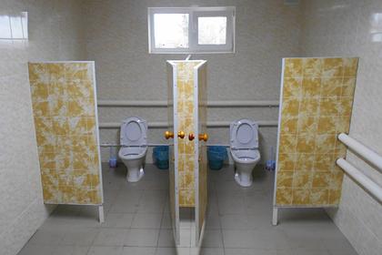В российской школе торжественно открыли первый за 145 лет туалет в помещении