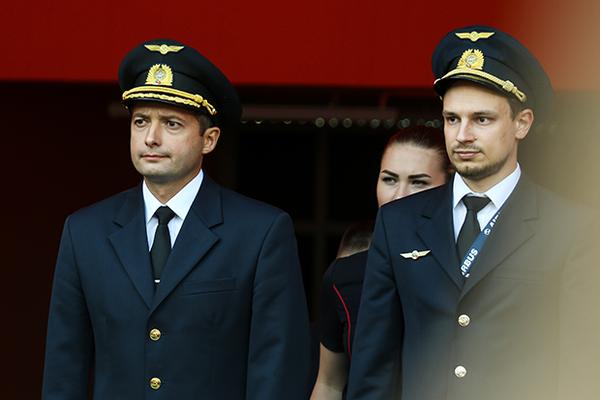 Посадившим самолет на кукурузное поле пилотам вручили звезды Героев России