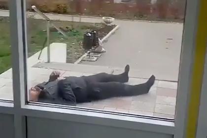 Пациента в конвульсиях бросили у дверей российской поликлиники