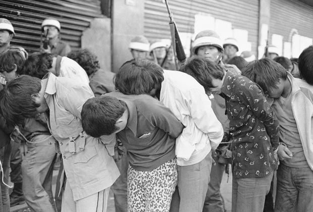 Солдаты ведут схваченных протестующих в Кванчжу