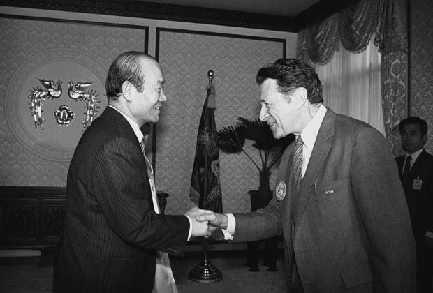 Чон Ду Хван во время встречи с министром обороны США Каспаром Уайнбергером в Сеуле, 1982 год