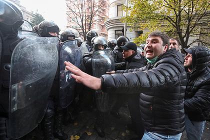В Грузии вновь начались столкновения с протестующими