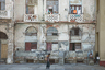 """Фотограф Инге Шустер такой увидела посткоммунистическую Гавану. Куба избавилась от обреченной на провал социалистической экономики, но не от нищеты. Помочь может Россия: еще в начале 2019-го стало известно, что отечественные власти <a href=""""https://lenta.ru/news/2019/01/25/zachem/"""" target=""""_blank"""">готовы</a> выделить миллиарды евро на модернизацию кубинских железных дорог, авиатехники и энергетического комплекса. А пока столица Острова Свободы представляется весьма обшарпанной."""