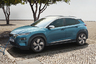 """Другой конкурент Tesla — электромобиль Hyundai Kona. Этот электрокар появился в 2018 году и получил признание как «новатор» автомобильной индустрии. Он стал настоящей угрозой детищу Илона Маска из-за сочетания большого запаса хода (около 500 километров на одном заряде) и умеренной стоимости автомобиля (менее 50 тысяч долларов). Хотя электрокар концерна Hyundai Kia и не кажется «бюджетным вариантом», его стоимость все же значительно <a href=""""https://motorway.co.uk/guides/best-electric-cars#kona"""" target=""""_blank"""">ниже</a>, чем, например, цена другого конкурента Tesla —  Porsche Taycan, чей ценник достигает 150 тысяч долларов. Kona не единственный экологичный автомобиль компании. В линейку Hyundai также <a href=""""https://www.hyundaiusa.com/nexo/index.aspx"""" target=""""_blank"""">входит</a> электрокар Hyundai Ioniq."""