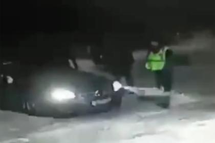 Игнорирующий массовую драку российский полицейский попал на видео