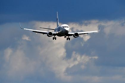 Пассажирский самолет аварийно приземлился в московском аэропорту