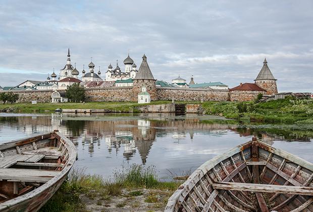 В 1920 году монастырь был ликвидирован и превращен в тюрьму особого назначения, где содержали тысячи заключенных. Значительная часть из них была «политическими» — классовыми или идеологическими врагами захватившего власть в России правительства большевиков. Тюрьма просуществовала до 1933 года.