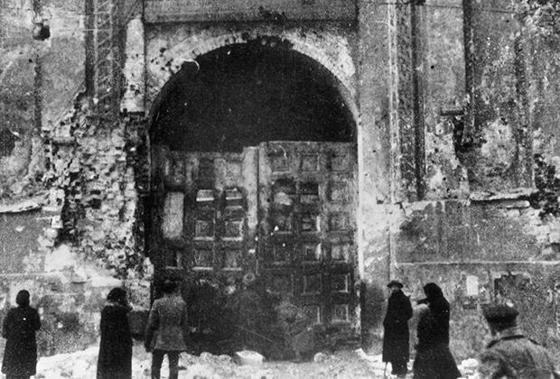 Ворота Кремля в пробоинах от орудийного и ружейного обстрела, октябрь 1917 года