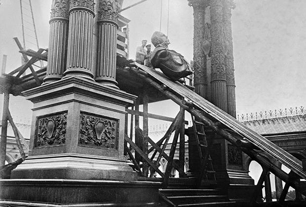 Разборка памятника Александру II в Кремле. Москва, 1918 год
