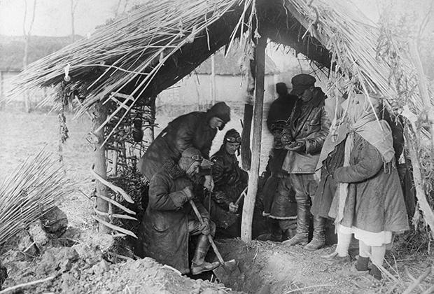 Бригада специальной комиссии по хлебозаготовкам откапывает крестьянское зерно, спрятанное в ямах-схронах, 1933 год