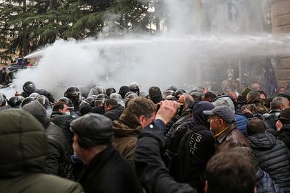 Спецназ разогнал митинг в Тбилиси водометами