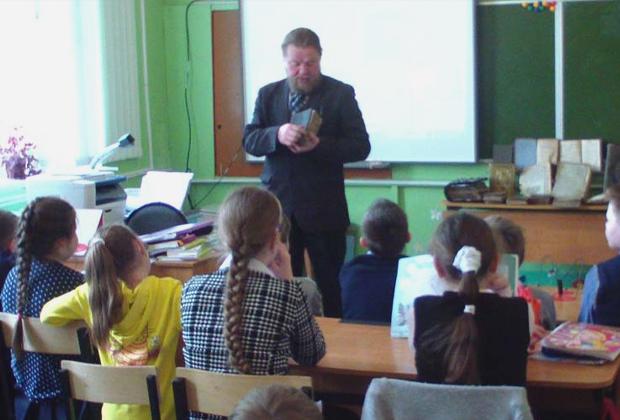 Иеромонах Никон на уроках в младших классах Думиничской средней школы №3