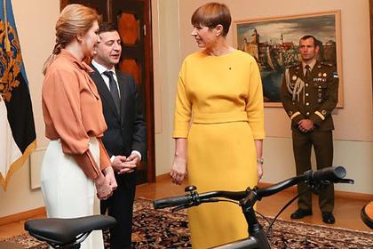Президент Эстонии вручила Зеленскому подарок