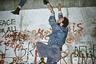 В этом цикле работ Стефан Дюруа запечатлевает последнее десятилетие разделенного надвое Берлина как финальную главу кошмарной исторической драмы, затянувшейся на семь десятилетий и начавшейся с провозглашения Веймарской республики в 1918 году. Падение Берлинской стены в этом контексте смотрится освобождающим эпилогом.