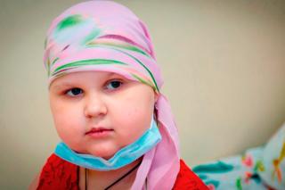 «Сделать прическу» у Насти — значит красиво завязать платочек. Потому что волос после химиотерапии у девочки не осталось.