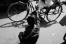 Акмар тянет руки к прохожим и рикшам, прося милостыню. Всю жизнь он живет так, не зная, что будет дальше. <br></br> Вокруг Акмара настоящее пекло — мимо проносятся мотоциклы и рикши, оставляя клубы пыли около обочины. Он привык к такой жизни, хотя это и кажется невозможным. Ноги Акмара — в сантиметрах от колес. Смотреть на происходящее больно, ведь водителям абсолютно все равно, если они оставят его еще и без ног, — для них он пыль, собака на обочине грязной дороги.
