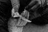 Монетки Акмар складирует в специальный мешочек, который достает из рюкзака и постоянно мусолит в руках. Потерять его равносильно смерти, а район довольно опасный— несколько сотен попрошаек могут покуситься на выстраданные деньги. <br></br> В родном селе молодой человек пытался устроиться хоть на какую-то работу, но никто его не брал. Все брезгуют, считают, что он грязный, не хотят, чтобы трогал инструменты или посуду, пугал посетителей общепита или ремонтной мастерской.  <br></br> Да и с полной отдачей Акмар работать не может — ведь он слеп на один глаз, мал ростом и слаб. Это еще одна причина, почему он решил сбежать в город. Опухоль, будучи его проблемой в селе, помогает заработать в столице.