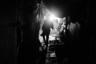 Акмар живет на окраине Южного Дели в ужасных трущобах, где дома сделаны из подручных материалов — картона, палок и тряпок. Тут у него есть место на полу, на подстилке. Знакомые помогли ему устроиться здесь, когда Акмар приехал из родного села на заработки.