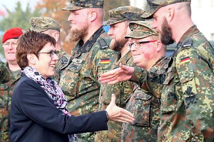 Министр обороны Германии Аннегрет Крамп-Карренбауэр приветствует солдат