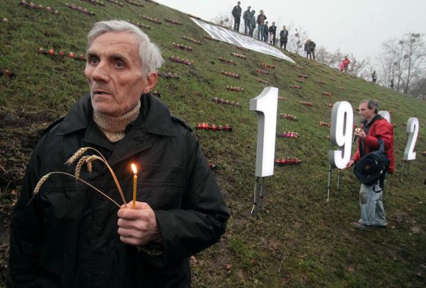 Участники акции «Зажги свечу», посвященной 80-й годовщине Голодомора в Киеве