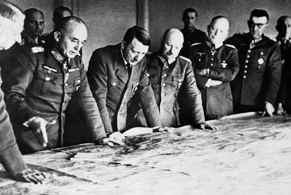 Канцлер Германии Адольф Гитлер изучает военные карты в окружении генералов. Германия, 7апреля 1943 года