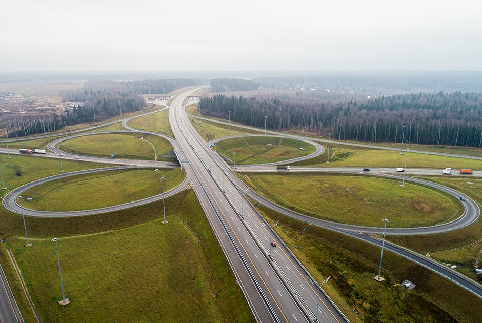 """Новая мегатрасса проходит от Московской кольцевой автодороги (МКАД) до Санкт-Петербургской Кольцевой автомобильной дороги (КАД) и пересекает четыре области: Московскую, Тверскую, Новгородскую и Ленинградскую. Общая протяженность платной мегатрассы — 669 километров.  <br></br> Сейчас трасса ненадолго прерывается на подъезде к Твери из-за недостроенного обхода города, и автомобили перенаправляются на старую М-10 «Россия». Такой путь от Москвы до Петербурга занимает 6-6,5 часа. Однако после того, как обход Твери все же завершат (запланировано не ранее чем на 2021 год), время в пути снизится до 5,5 часа.  <br></br> С запуском М-11 трасса «Россия» <a href=""""http://kremlin.ru/events/president/news/62135"""" target=""""_blank"""">становится</a> бесплатным дублером. В перспективе она будет полностью переориентирована на местный трафик, в то время как М-11 примет на себя транзитное движение, в том числе сообщение между областями."""