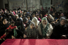 Слово «биджанибиха» на арабском означает «рядом с ней» — и фотограф Джанлука Панелла для своего одноименного цикла на протяжении семи лет снимал положение палестинских женщин в оккупированном Израилем секторе Газа. На его фотографиях хорошо видно, как постепенно стремление к сопротивлению вошло в повседневную женскую жизнь.