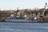 """Крейсер «Украина» заложили летом 1984 года и спустили на воду 11 августа 1990 года — тогда еще под названием «Адмирал флота Лобов». Это корабль стандартного для своего класса водоизмещения 11,5 тысячи тонн и длиной 186,5 метра, рассчитанный минимум на 500 человек экипажа. Может нести ракетное, противолодочное и минно-торпедное вооружение, зенитную установку и вертолет Ка-27. Крейсер того же проекта «Атлант» под названием «Москва» сейчас является флагманом Черноморского флота РФ. «Украину» постигла гораздо более печальная участь.  <br></br> Корабль вывели из состава российского флота и передали в собственность соседнему государству 1 октября 1993 года. Его должны были достроить в 1994 году, но процесс постоянно останавливался из-за перебоев с финансированием, пока в начале 2000-х, когда готовность корабля составляла 95 процентов, работы не заморозили окончательно. На конец 1980-го стоимость крейсера оценивали в 135,3 миллиона советских рублей (225,5 миллиона долларов по курсу Госбанка СССР). По данным на 2010 год стоимость крейсера <a href=""""https://lenta.ru/articles/2017/03/30/last_atlant/"""" target=""""_blank"""">оценивалась</a> в 50 миллиардов рублей (1,6 миллиарда долларов по актуальному на тот момент курсу). До 1992 года только в его строительство вложили 171 миллион долларов, с 1992-го по 2003 год— еще 24 миллиона долларов. И это расходы только на строительство — корабль необходимо было еще и содержать. Бывший глава Николаевской области Николай Романчук в марте 2014 года <a href=""""https://flot.com/2019/%D0%A3%D0%BA%D1%80%D0%B0%D0%B8%D0%BD%D0%B030/"""" target=""""_blank"""">потребовал</a>, чтобы долгострой как можно скорее продали, потому что его стоянка обходится бюджету в шесть миллионов гривен (почти 225 тысяч долларов) ежемесячно, а у государства нет таких денег. <br></br> Украинская власть осознала необходимость этих мер только в 2019 году, после прихода к власти Владимира Зеленского. 20 сентября глава «Укроборонпрома» Айварас Абромавичус <a href=""""https://tass.ru/mezhdunarodn"""