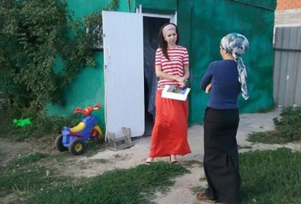 Зарема Чахкиева  во время выезда в проблемную семью