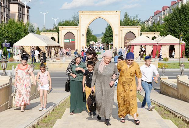 Горожане на аллее Ахмата Кадырова в Магасе во время торжественных мероприятий, посвященных 25-летию Республики Ингушетия
