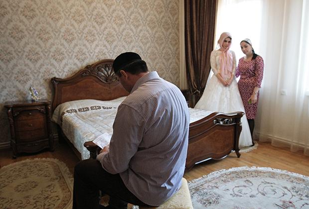 Мулла беседует с невестой в родительском доме в селе Ачхой-Мартан перед предстоящей свадебной церемонией в городе Грозном