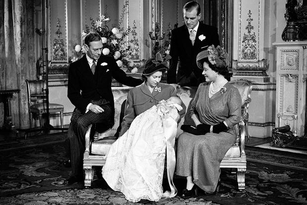 Слева направо: король Георг VI, принцесса Елизавета, Филипп Эдинбургский и королева-мать вскоре после крещения новорожденного принца