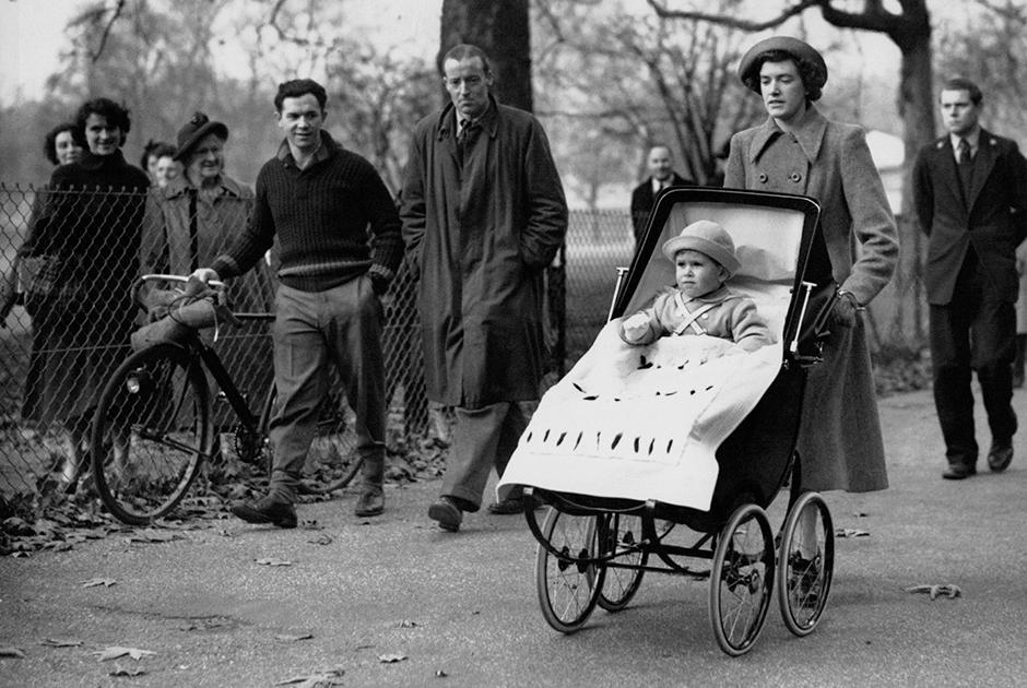 Принц Чарльз в коляске во время прогулки в лондонском парке, 1950 год