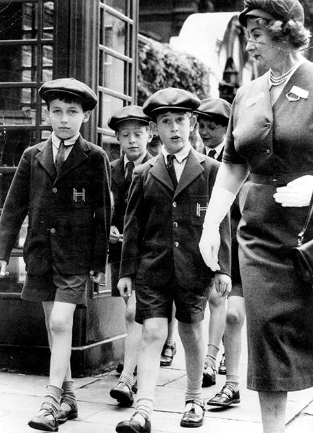 Принц Чарльз на прогулке с одноклассниками, 1957 год